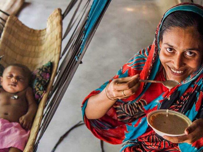 زنی در حال غذا دادن به کودک