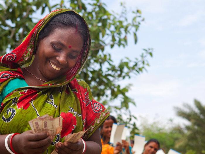 زنی در حال شمارش پول نقد